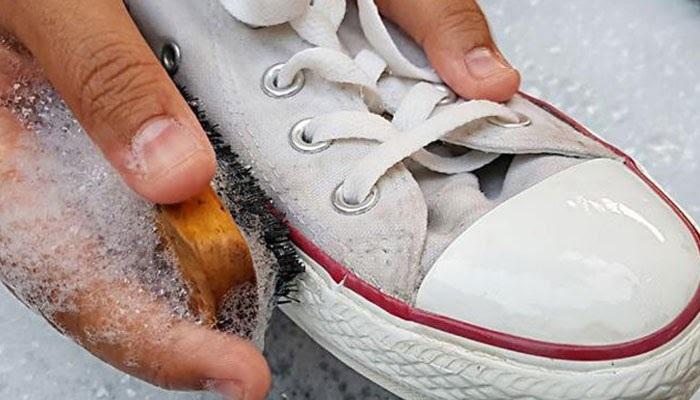 cách làm sạch giày vải màu